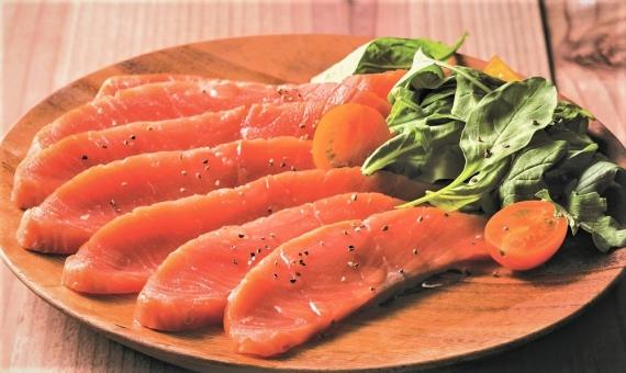 北海道 知床 羅臼産「スモークサーモン 50g」 お酒のおつまみ・サラダ・パンに相性抜群? 羅臼産の鮭の旨味とやわらかな燻製の香りが味わえる おすすめの逸品!