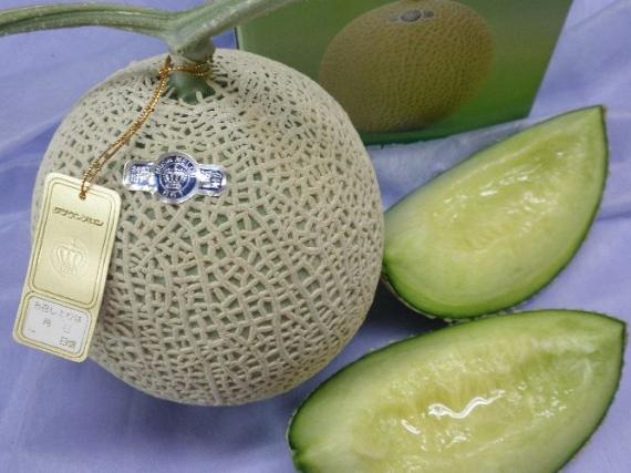 メロン最高級クラウンマスクメロン【1個入り1.4�s】(静岡県産・遠州)は、メロンの王様、王冠印のトップ商品です。糖度も高く、肉質も厚く味・香り・形と3拍子揃った日本一の美味しさ